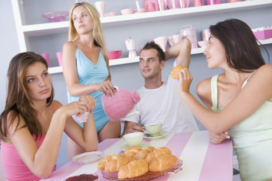 Один парень и три девушки пирамида, лесби в латексе порно фото